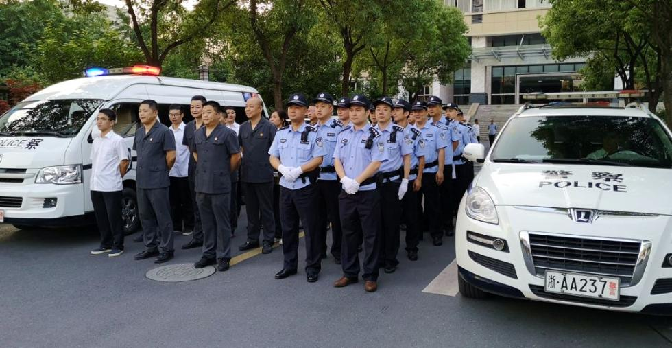 杭州1200平豪宅户主被抓,现场曝光大量名酒外币、LV!曾经的大老板,因这事门都不敢出…