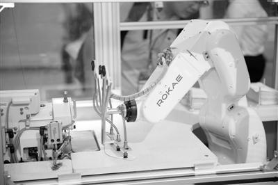 国产机器人毫米间穿行游刃有余
