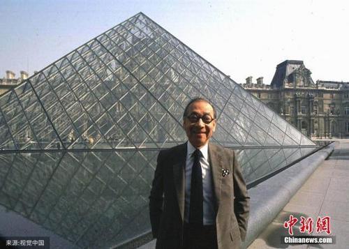 中国侨网资料图:图为1989年3月3日,法国巴黎,建筑大师贝聿铭在他设计建造的卢浮宫金字塔前留影。图片来源:视觉中国