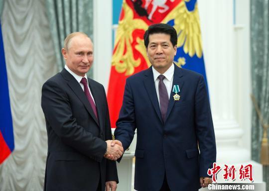 """普京向中国驻俄大使李辉授予""""友谊勋章"""""""