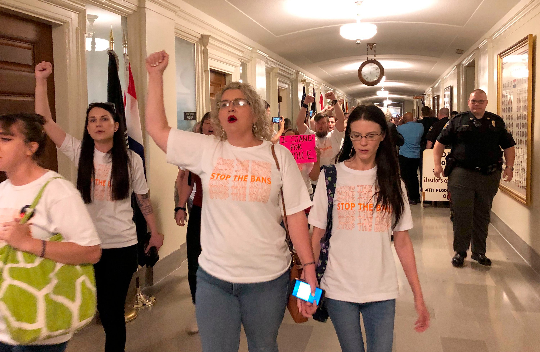 美国密苏里州长签署严格堕胎禁令 怀孕八周后禁止堕胎