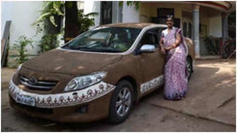 降温妙招?因天热难耐,印度一女司机用牛粪涂满汽车降温