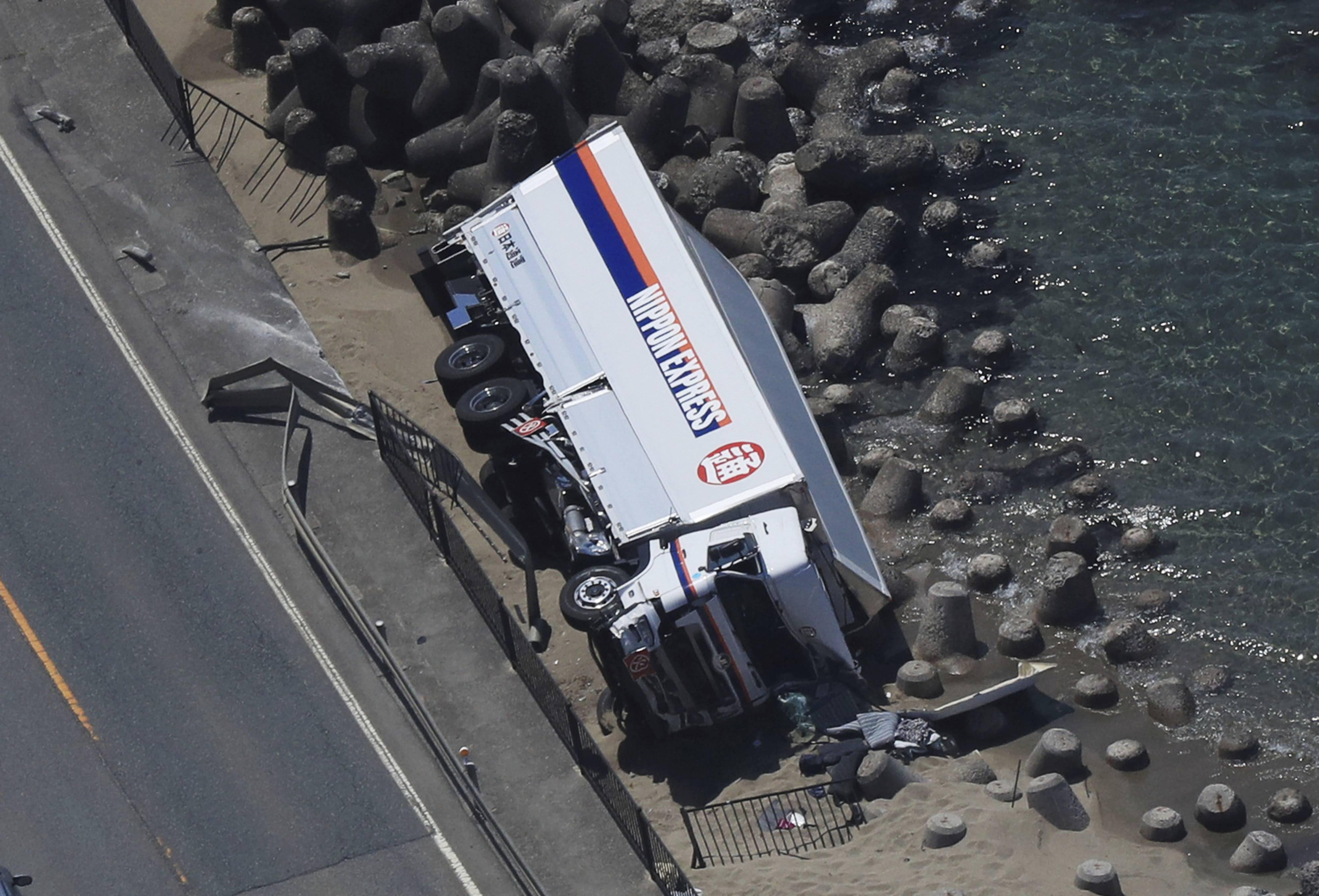 载10吨日本自卫队炮弹货车与轿车相撞 从5米高桥上滚落