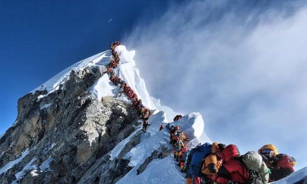 """珠峰""""大堵车"""":8000米""""死亡区""""堵超320人,6名登山客死亡"""