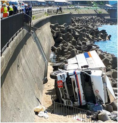 载10吨日本自卫队炮弹卡车从5米高桥坠落,炮弹未爆炸