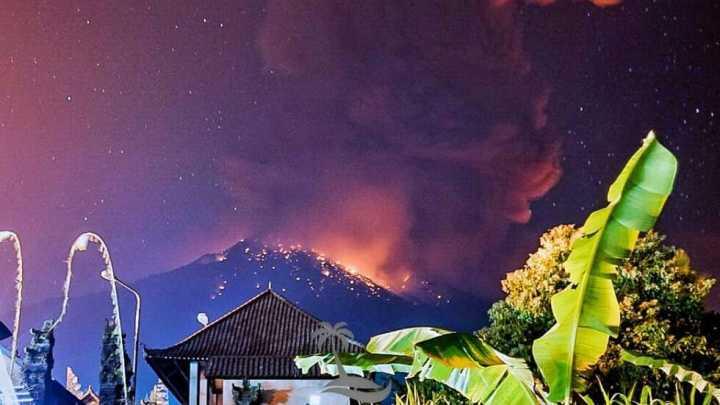 印尼巴厘岛火山喷发:航班受影响,游客滞留