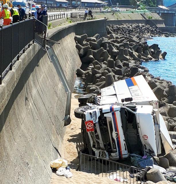 惊险!货车带10吨日本自卫队炮弹从5米高桥上滚落