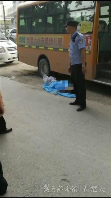 痛心!湖北通城一幼儿被遗忘在校车内身亡