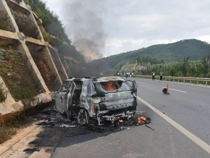 短短半个月 2辆轿车被烧成空壳  自燃真那么恐怖?