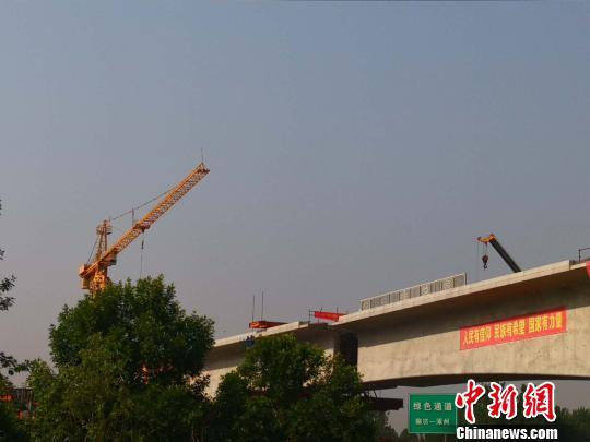 京雄城际铁路跨廊涿高速连续梁成功转体