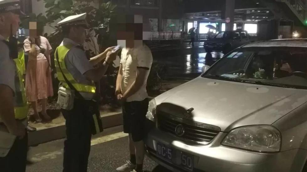 惊!男子12岁就有了驾驶证?!25岁因酒驾被抓!同行孕妇还为他求情