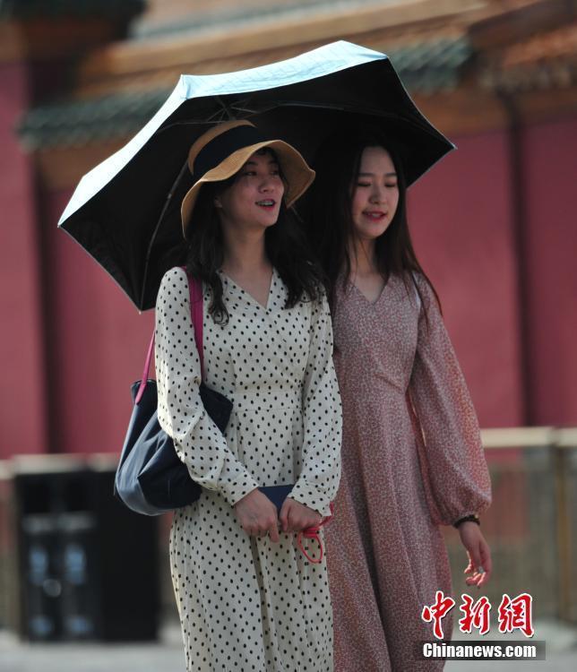 沈阳最高气温34℃ 民众服装清凉防晒出行