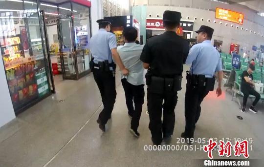 """男子高铁上""""耍酒疯""""霸座殴打乘客 被行政拘留5日"""