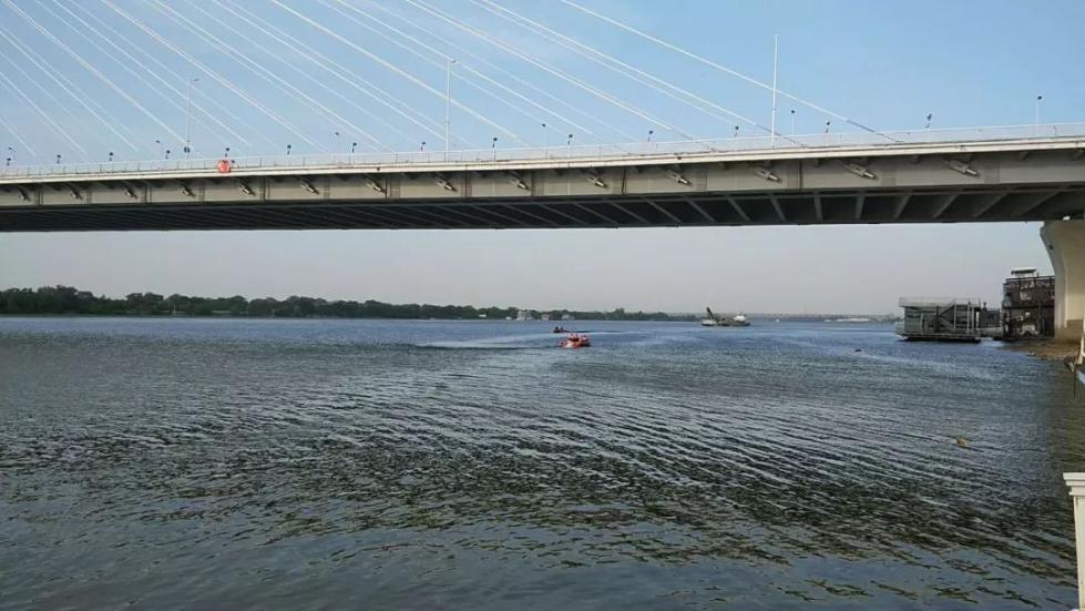 哈尔滨一名女子从松浦大桥上跳入江中……