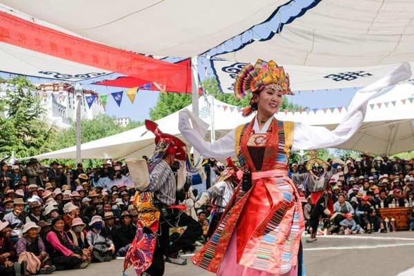 西藏布达拉宫脚下赏古老藏戏