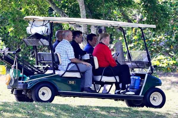 安倍驾车,载特朗普前往高尔夫俱乐部