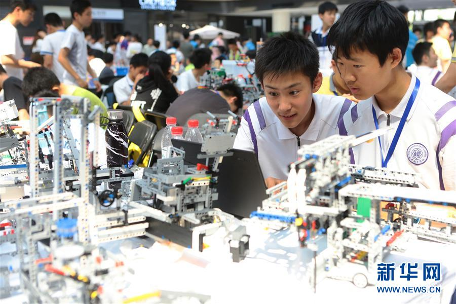 青少年比拼机器人技能