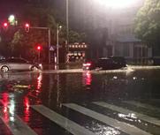 岳阳降暴雨部分居民被困