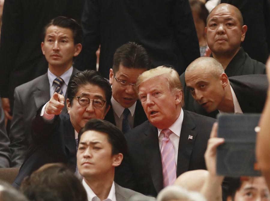 美国总统特朗普访日 与安倍晋三一起看相扑赛