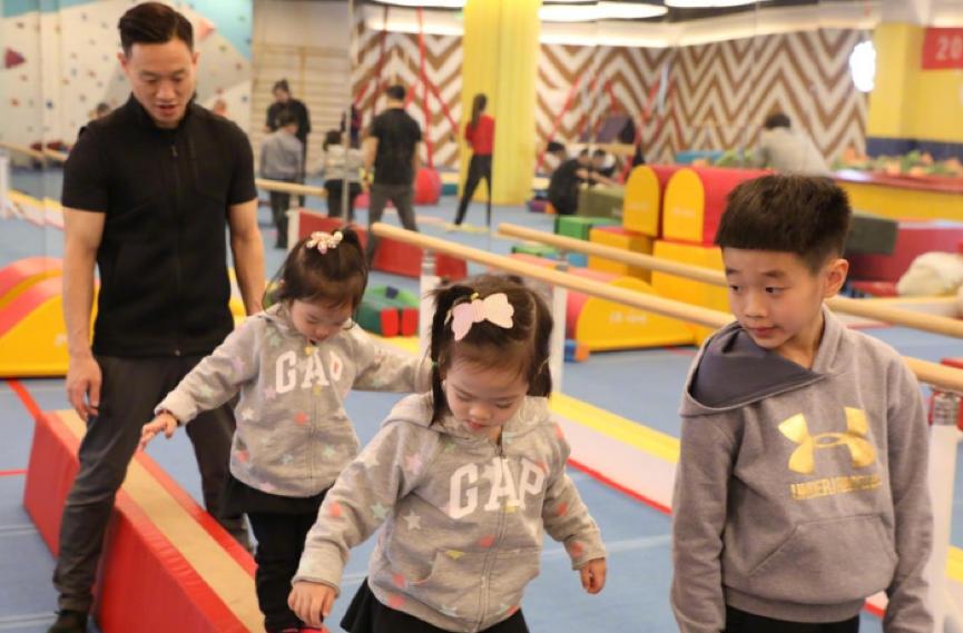 杨威亲自指导3个孩子学体操,杨阳洋与妹妹的身高差太萌了