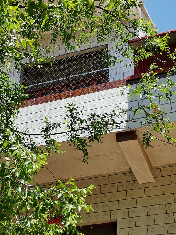 张峰为防止张山再次跳楼,将自己家二楼装上防护网。