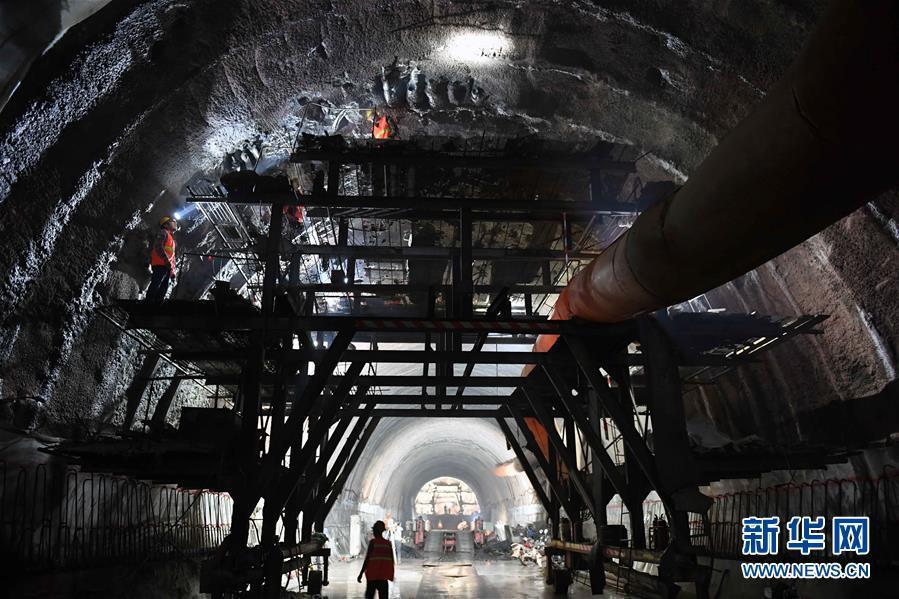 玉磨铁路大尖山隧道建设顺利推进