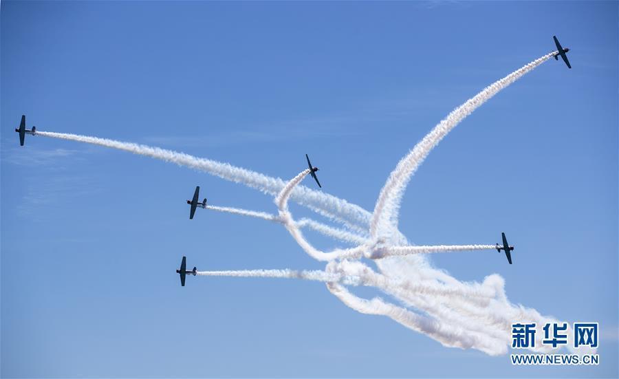 美国空军进行飞行表演 琼斯海滩上演飞行秀
