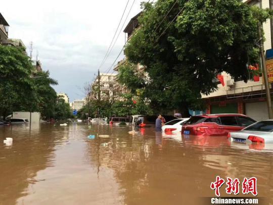 广西东兴遭遇特大暴雨 边贸货物被冲散