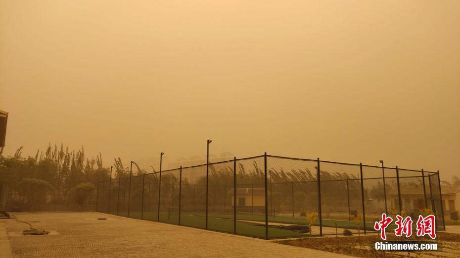 甘肃敦煌出现今年首场沙尘暴天气