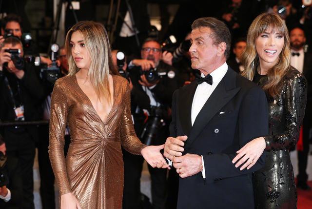72岁史泰龙新片,第一滴血5首映,美艳妻子与女儿亮相