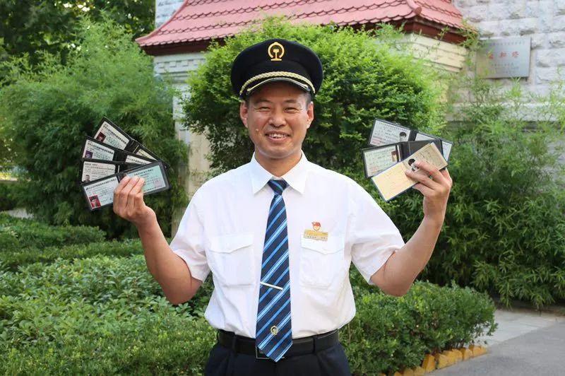 他手握7本火车驾照,却拿不到小客车驾照?因为……
