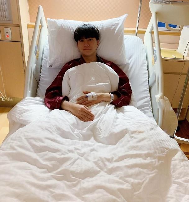 胡鸿钧拍戏吊威亚坠落伤头部 晒住院照称康复良好