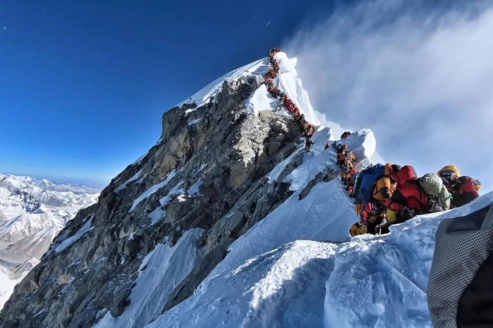 """顶峰看吧_登珠穆朗玛峰要排队 海拔8000米上的交通""""拥堵""""!_国际新闻 ..."""