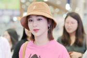 杨紫渔夫帽配粉色T恤满满少女感