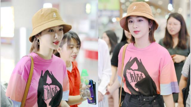 杨紫渔夫帽配粉色T恤满满少女感 笑对镜头心情好
