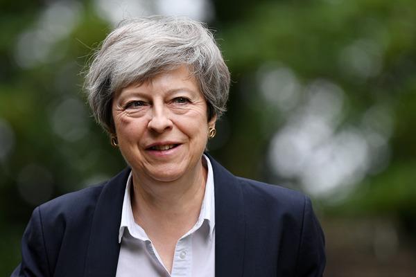 宣布辞职后 英国首相特蕾莎-梅首现身教堂做礼拜