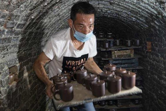 广西钦州:龙窑坭兴陶放光彩