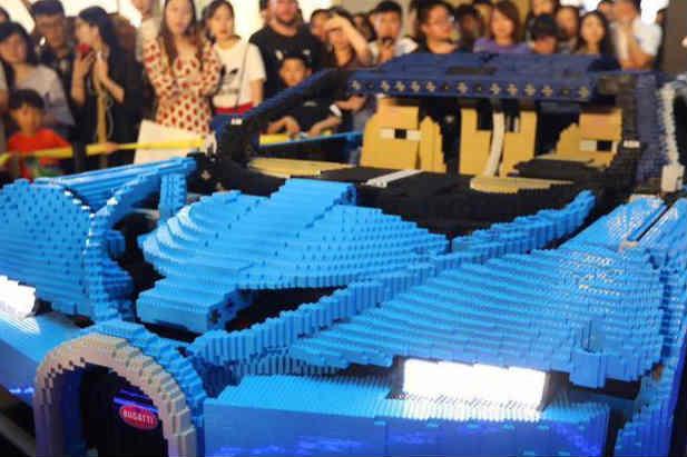238762片积木拼搭乐高版布加迪超跑亮相南京