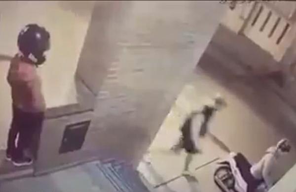 阿根廷小女孩不惧危险和母亲一起勇斗抢车歹徒