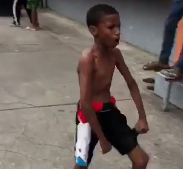多米尼加赤足少年炫精湛球技获詹姆斯承诺赠鞋
