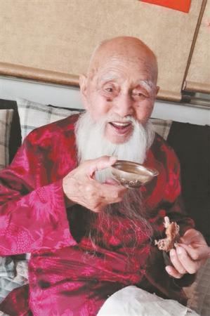"""百岁老人成""""网红:每天半斤酒 七年来仅输一次液"""