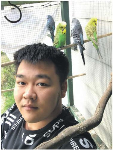 Eric和爱鸟在一起。(《新西兰中文先驱报》)