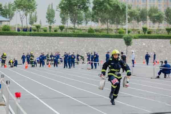 山西消防指战员对抗比武 长跑爬楼攀爬齐上阵