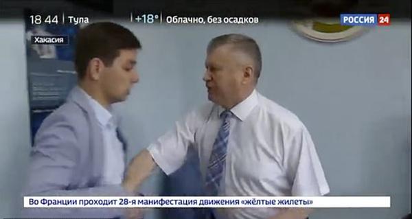 俄官员被疑挪用公款建豪宅 怒将记者摔倒在地