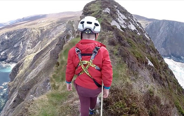 虎父无犬子!5岁男童跟随父亲勇攀180米高悬崖