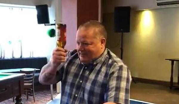 英国一出租车司机用头撞碎啤酒瓶未果输掉赌约