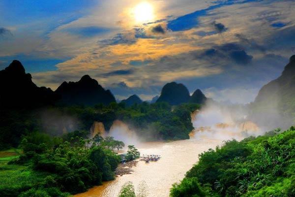 """亚洲第一跨国瀑布呈现""""黄金瀑布""""景观"""