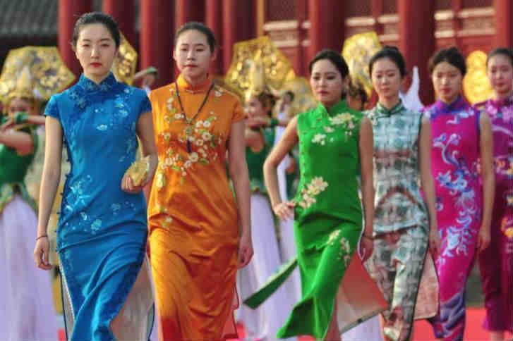 """中外模特身着千余款旗袍展示""""穿在中国"""""""