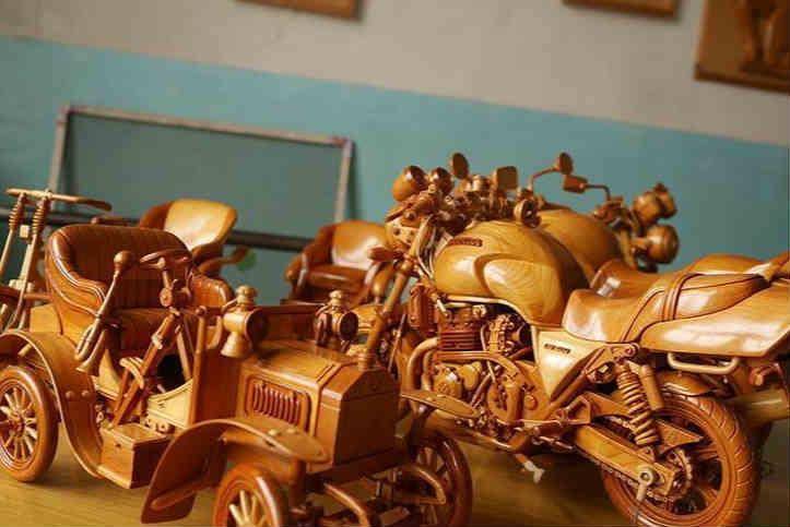 六旬修车工24年专注木雕车模 一辆摩托车要雕700个零件