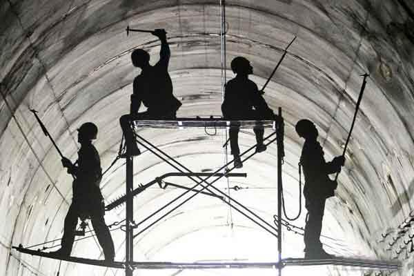 """铁路工人隧道爬顶""""体检会诊"""""""